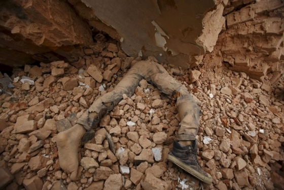 네팔 무너진 건물 아래 깔린 희생자