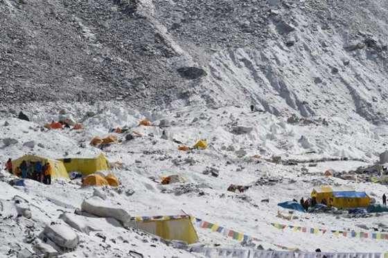 눈사태가 덮친 에베레스트 베이스 캠프