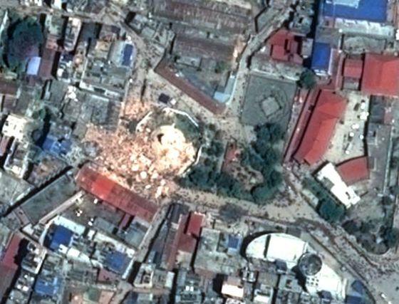 지진으로 붕괴된 네팔 다라하라탑