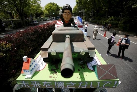 탱크 타고 등장한 아베