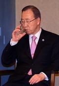 물 마시는 반기문 총장