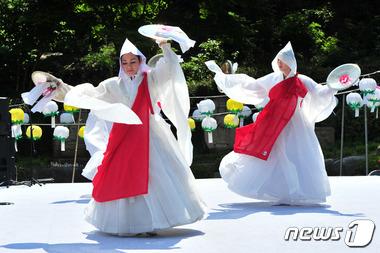 부처님 오신날 축하하는 승무춤