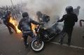 [사진]화염병 맞고 불붙은 멕시코 경관