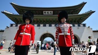 광화문 지키는 영국왕실 근위병?