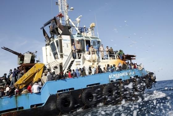 난민 5800명 구한 리비아 해군함정