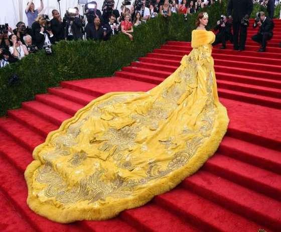 드레스 맞아?…공작새보다 아름다운 리하나