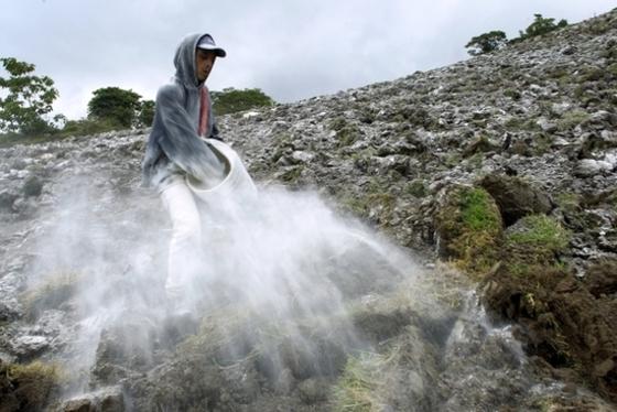 투리알바화산 폭발에 농민 '시름'