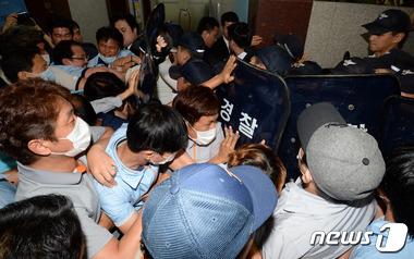 삼성테크윈 주총장, 노조와 경찰 몸싸움