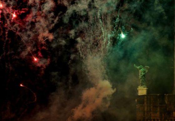 성운처럼 보이는 로마의 불꽃놀이