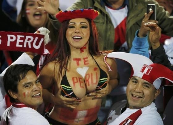 페루 응원녀의 풍만한 가슴