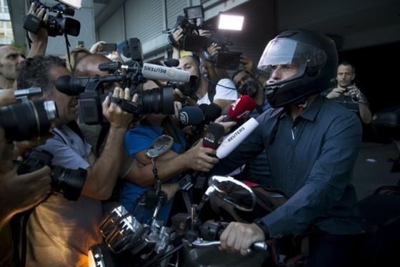 그리스 재무장관 '헬멧 무장'