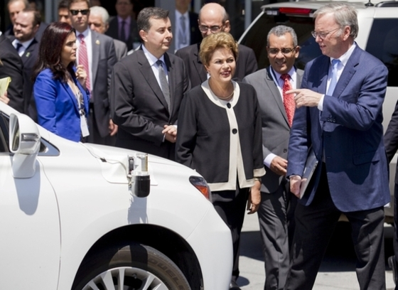 구글 무인자동차를 둘러보는 브라질 대통령