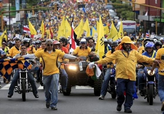 거리로 나온 코스타리카 공무원들