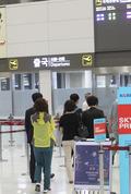출국하는 조영필 사무관 유가족들