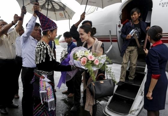 미얀마서 꽃다발 받는 '졸리 피트'