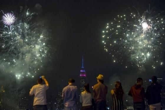 뉴욕 하늘 수놓은 독립기념일 불꽃