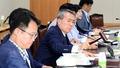 최저임금위원회 의결봉 두드리는 박준성 위원장