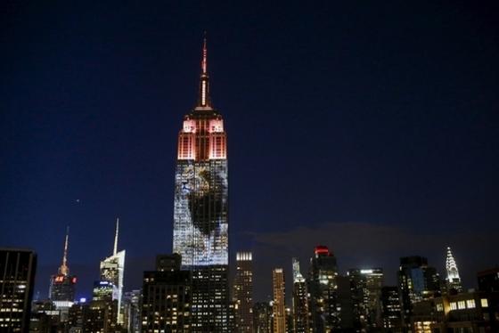 뉴욕 밤하늘에 퍼진 세실의 포효