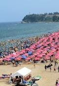 더위 피해 속초해변에 모인 피서객들