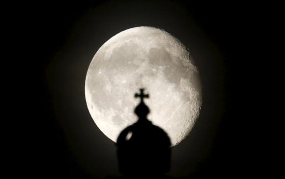 獨제국의회 위로 떠오른 달