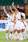 응원단 향해 인사하는 北 여자 축구