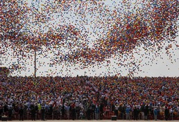 톈안먼 광장을 메운 풍선