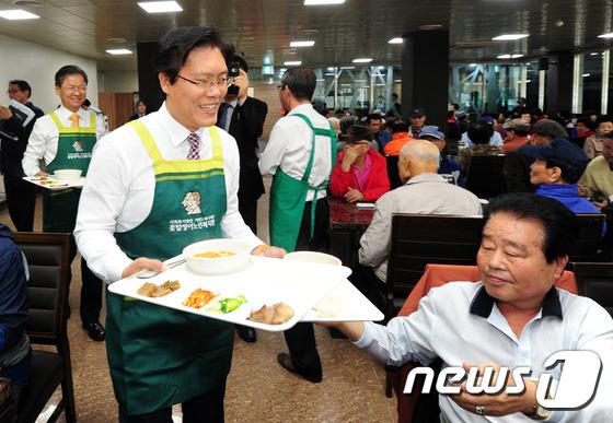 배식봉사하는 송석준