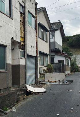 日 6.6 지진에 훼손된 주택
