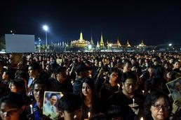 방콕 왕궁 앞 국왕 추모 인파