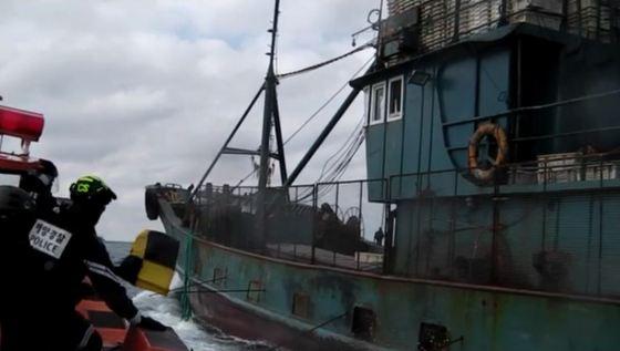 쇠창살·철망 두르고 도주…불법조업 중국어선 2척 나포