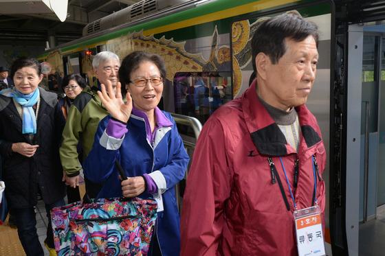 '북한땅 보기위해 열차 탑승한 이산가족'