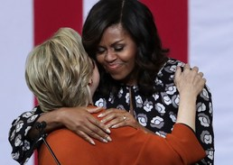 포옹하는 힐러리와 미셸