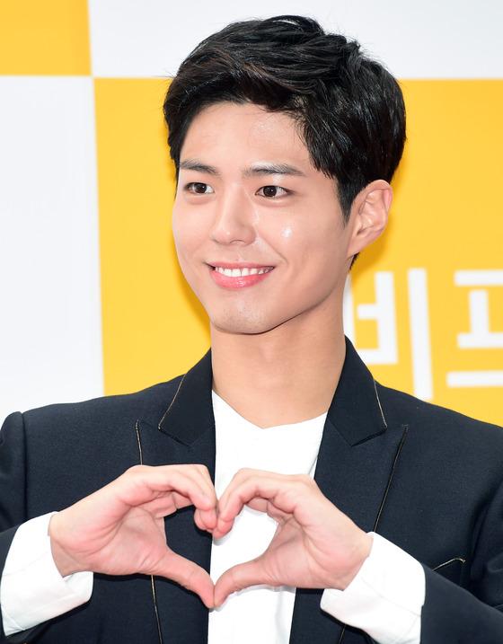 박보검, '심장 쫄깃하게 하는 사랑의 하트~'