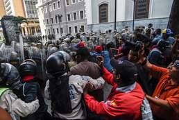 충돌하는 베네수엘라 경찰과 시위대