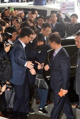 '비선실세' 최순실 험난한 검찰 출석
