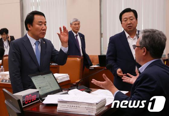 국회 교문위, 최순실 증인 채택 놓고 종일 신경전