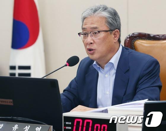 증인채택 관련 발언하는 유성엽 교문위원장