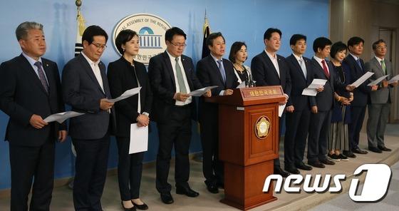 증인채택 관련 기자회견하는 야당 교문위원들