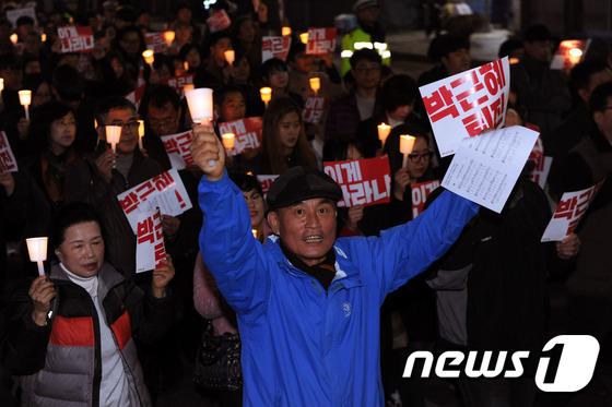 '사제들과 함께' 촛불들고 정권퇴진
