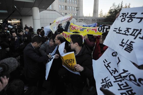 '최순실 청문회' 9개 대기업 회장 도착…시민단체 시위로 혼잡 빚어