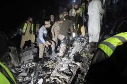 추락한 파키스탄 여객기의 처참한 잔해