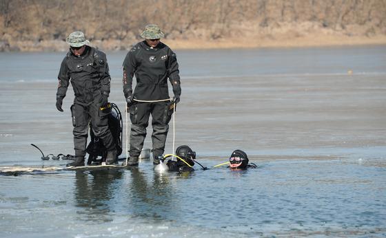 잠수 탐색훈련하는 항공구조사 요원들