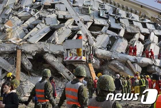 타이완 강진 … 긴박한 구조작업