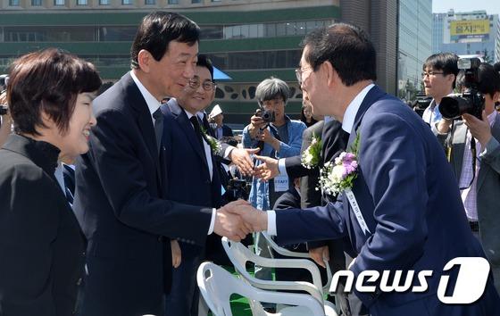 5·18민주화운동 기념식에서 만난 박원순-진영