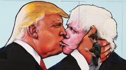 키스하는 트럼프와 보리스 존슨