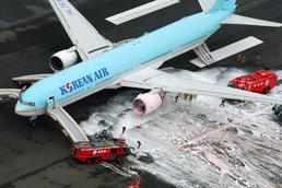소화액 뒤덮힌 대한항공 여객기
