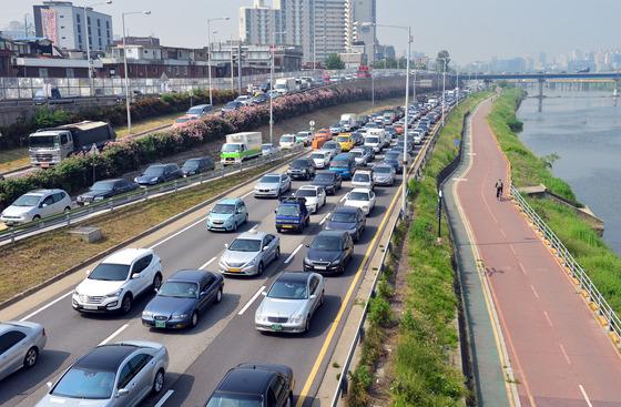 화물차 전복사고로 교통체증 빚는 동부간선도로