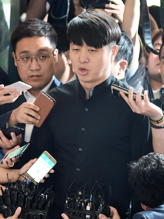 '성폭행 미수 혐의' 유상무, 9시간 조사 종료…