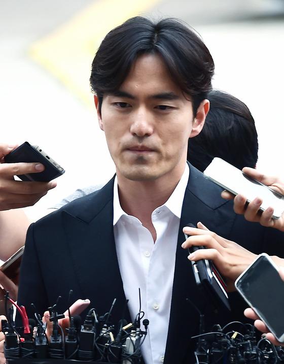 이진욱 고소인 변호사 사임, 새 국면 맞나?