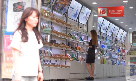 개문냉방 상점 지나는 시민들